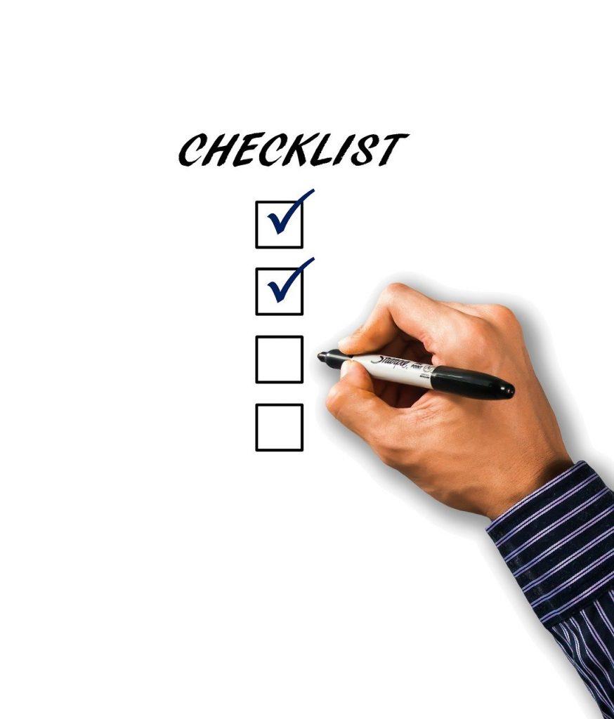 personne qui coche les cases d'une checklist