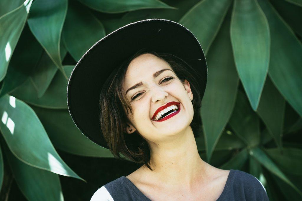 femme heureuse qui rigole
